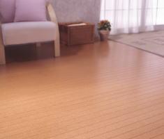 衝撃吸収性をはじめ遮音、保温、吸音、調湿性など多彩な天然機能を備えるコルクカーペット