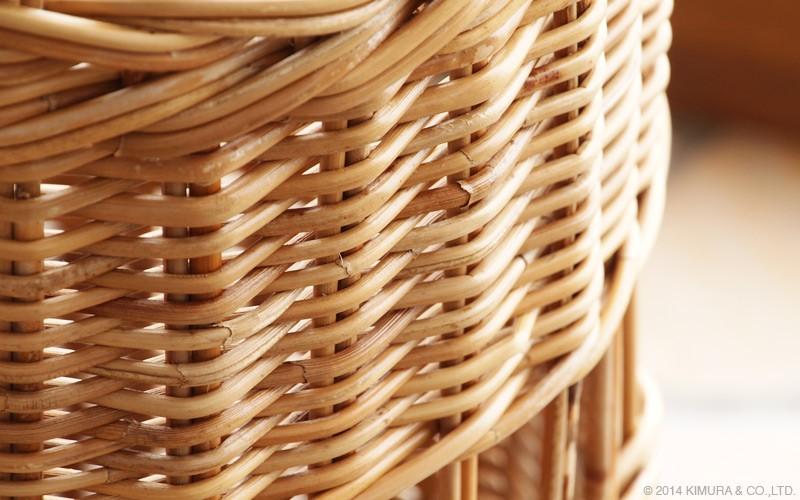 メイン素材は、軽くしなやかながらも強靭なラタン(籐)を使用したアンブレラスタンドです。