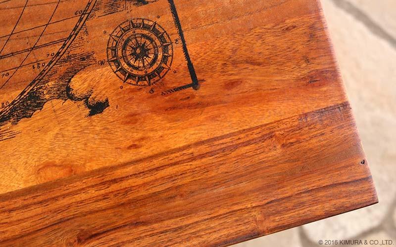 天板の木部にはリサイクルウッドを贅沢に使用し、無骨でありながらも、天然木のあたたかみが感じられる質感のコーヒーテーブルです。
