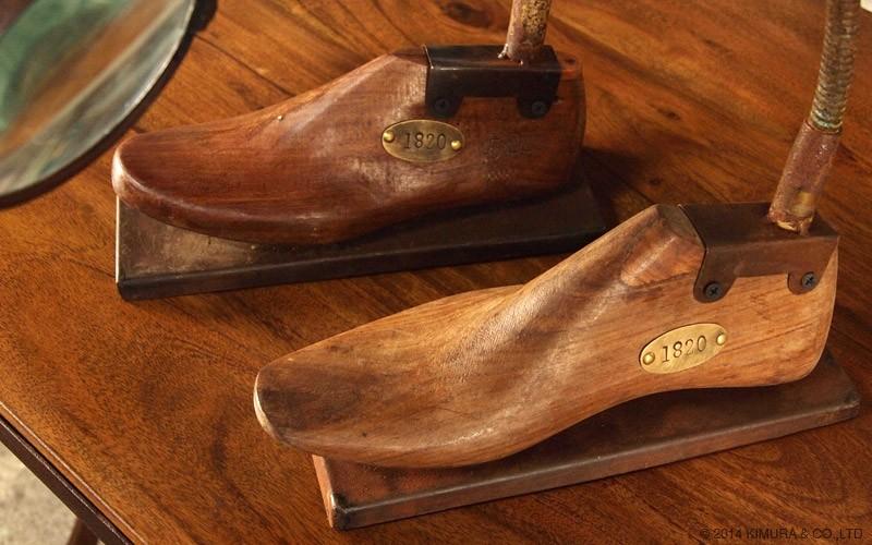 1点1点仕上げられたオブジェ。靴の木型は様々なサイズや左右の木型が使われています。
