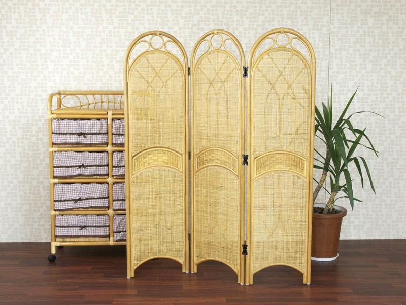 空間や光を適度にさえぎる籐衝立で、お部屋の間仕切りに最適です。昔ながらのアーチデザインにウィッカー編みのアクセント。細部にまでこだわった蝶型の金具。それ以外は籐だけ。だからやっぱり軽い!ご家庭の和室やリビング、玄関、ランドリー、寝室の間仕切りから、レストラン・お座敷など業務用の間仕切りとしても幅広くお使いいただけます。