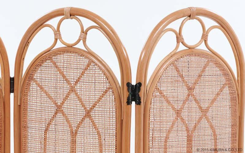 自然素材のあたたかみを感じる籐(ラタン)で作られています。籐の特徴は「軽さ」としなやかな「丈夫さ」。軽いので持ち運びも負担にならず、どなたでもとても扱い易くつくられています。選別された材料を使用し、ラタンの節を取り除き、微妙なカーブを調整しながら型にあわせて曲げていきます。中央の飾り編みも丁寧に編みこんだ、手作りのぬくもりが感じられる優しい家具です。