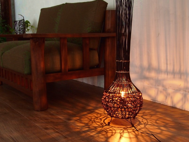 床や壁に出来る影がランダムに描いた円のよう。リビングやベッドルームに最適。お部屋の雰囲気をグレードアップさせてくれる照明です。