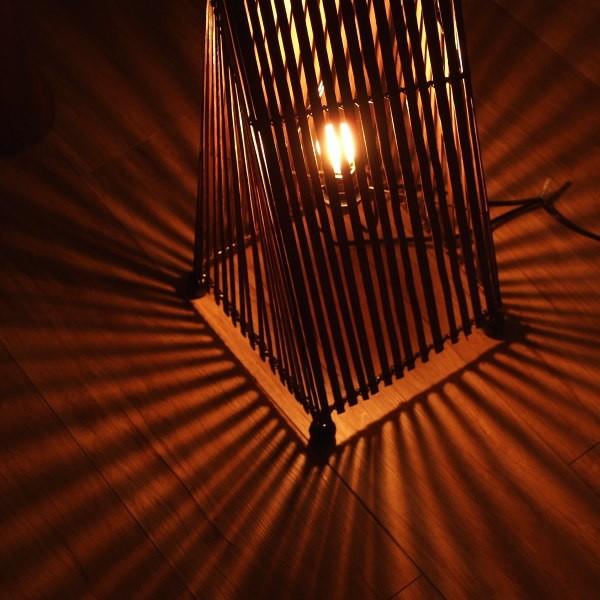 床や壁に出来る影が放射線状で幻想的。リビングやベッドルームに最適。お部屋の雰囲気をグレードアップさせてくれる照明アジアンスタンドドライト