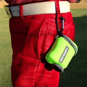 レーザーアキュラシー専用カバーには、腰ベルトやゴルフパンツなどに簡単に取り付けできるフックが付いているので、プレー中レーザーアキュラシー RF660PRO-2を常時携帯できます。