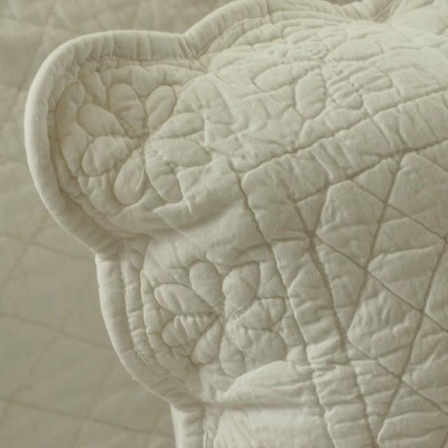 クッションカバー キルト フリル ホワイト ピンク ベージュ 刺繍 花