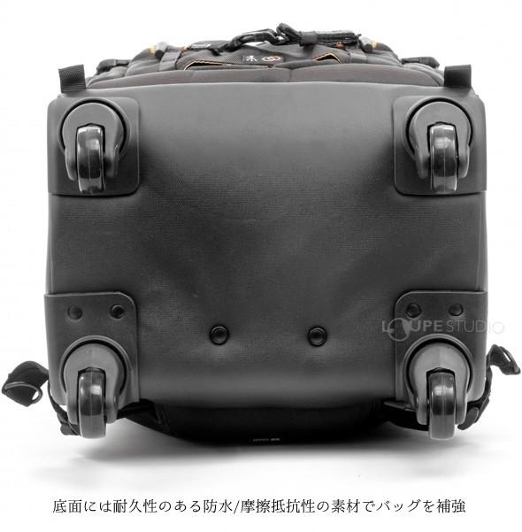 底面には耐久性のある防水/摩擦抵抗性の素材でバッグを補強