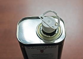 缶入りオリーブオイルのフタの開け方