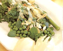 クルトンを使うとコクが出てカラダにもいい健康サラダ。もりもり食べたい。パーティーの一品にしても。