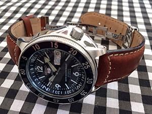 時計ベルトをモレラートのセザンヌに交換したSEIKO 5 スポーツブルーアトラ