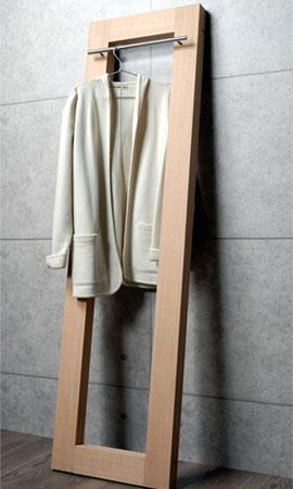 壁に立て掛けるスタイルで省スペースに使える木製コートハンガー
