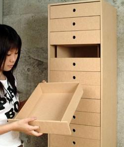 内側は入れ子状に組んだ仕切り板により、全体を引き出しの段数分だけ分割されています。それにより引き出しを支える構造です。