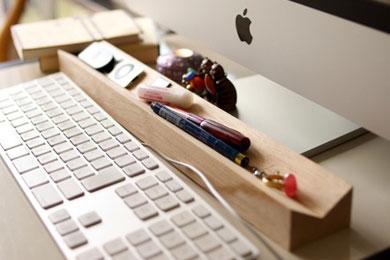 USBメモリや付箋紙、クリップなどデスクでよく使う小物の置き場にも