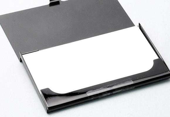 一般的なサイズ・厚みの名刺を、約15枚収納できます。