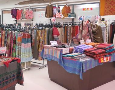 マリンピア専門館店内画像 EC店には無いエスニックカジュアル衣料も多数取り揃え