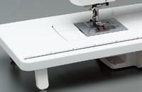 ワイドテーブルとフットコントローラーを標準装備