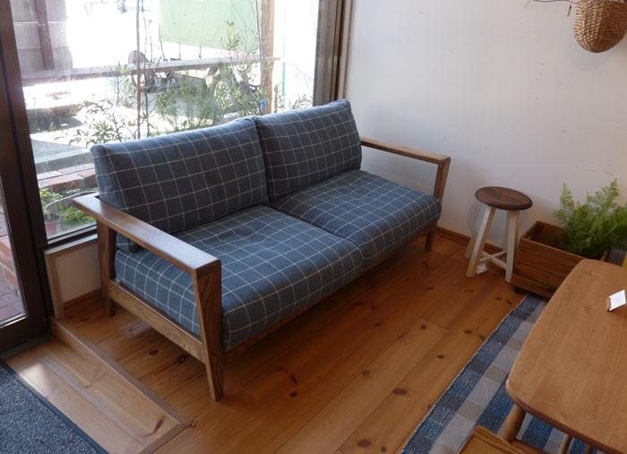 今なら送料無料、ナチュラル感溢れる格子柄がおしゃれな木肘のゆったりと座れる2.5Pソファー 二人掛け 2pソファー ダーマ dama 幅165cm and g アンジー nora.