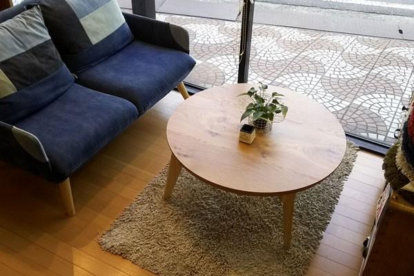 今なら送料無料、節ありのナラ材を使った自然なイメージのシンプルな折れ脚機能付き国産・日本製90cm丸コタツ 円形こたつ さぬき丸 讃和 ナラ・オーク ナチュラル色