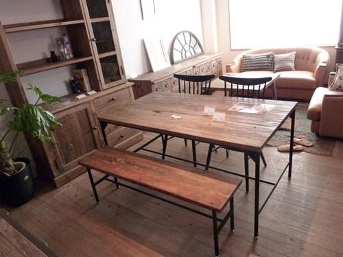今なら送料無料!木の素材感がいい感じのラステックスタイルのパイン古材を使ったシャービーな148cm幅ダイニングテーブル デボラ クラッシュ