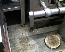 床面や機材の足元に散布