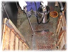 殺虫剤 エクスミン乳剤ES 噴霧器で散布