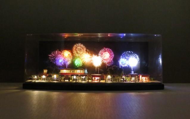 コレクションケースの中の電飾ミニジオラマ「花火大会」