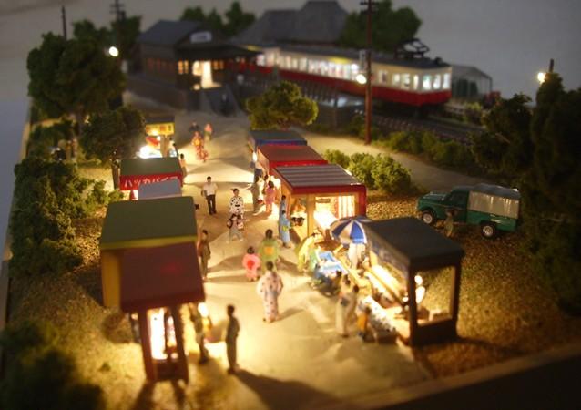鉄道模型Nゲージミニジオラマ 露店からローカル駅舎を望む情景