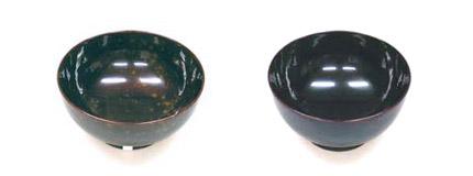 混ぜ物を加えたため斑点状の「ヤケ」を生じたお椀(左)と、一切混ぜ物なしのMR漆で塗り「ヤケ」を生じなかったお椀(右)