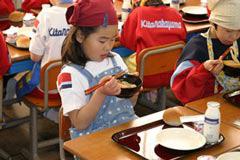 学校給食用漆器使用風景(福井県鯖江市)