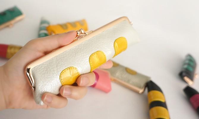 バッグに入っているだけでたのしくなる。スリムでかわいいコインケースです。がまぐちクロココンビ小銭入れ。
