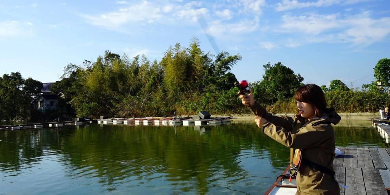 管釣りでキャスティングする女性
