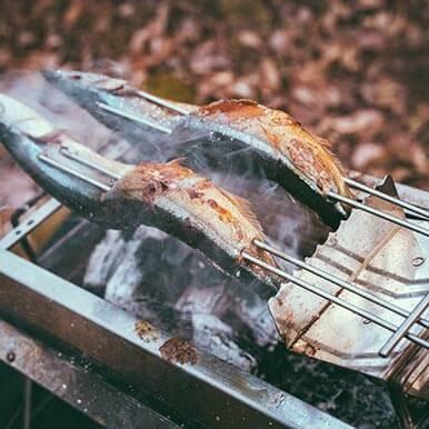 [ユニセラ焼鳥台II]を使えば、串の持ち手を焦がすことなく焼き鳥が焼ける!