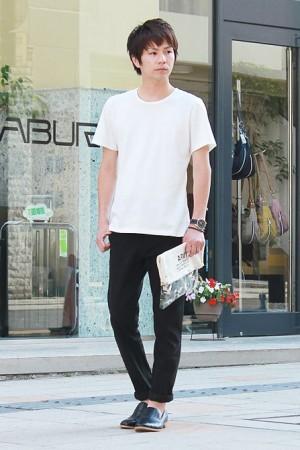 白無地Tシャツで作る夏のモノトーンコーデ