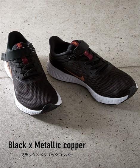 靴(シューズ)|ナイキ ウィメンズレボリューション5フライイース ニッセン nissen(ブラック×メタリックコッパー)