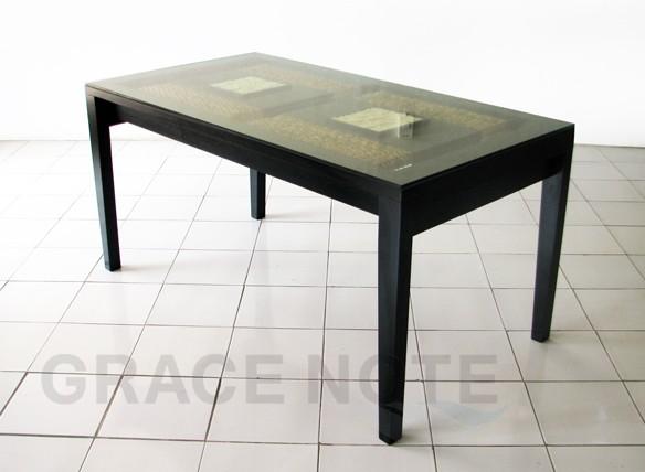 石彫りの入ったテーブル