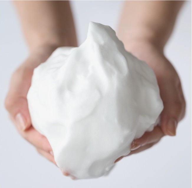 おすすめ、人気のフェイシャルケア・泥せっけん。クリーミーで弾力のある泡がその特長の洗顔石鹸。にきび、アクネ対策は温泉泥石けん。温泉成分と超微粒子の白のクレイが毛穴の汚れを分解してキャッチ。
