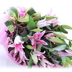 大輪系ピンクユリとグリーンの花束