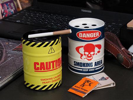 ドラム缶型灰皿 DANGERとCAUTIONの使用例