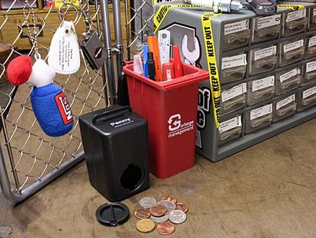 ゴミ箱型小物入れ貯金箱ペンスタンドレッドの使用例