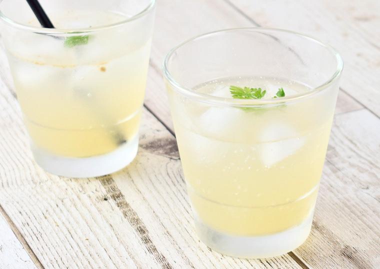 グラスに入れると香りが広がる柚子梅酒