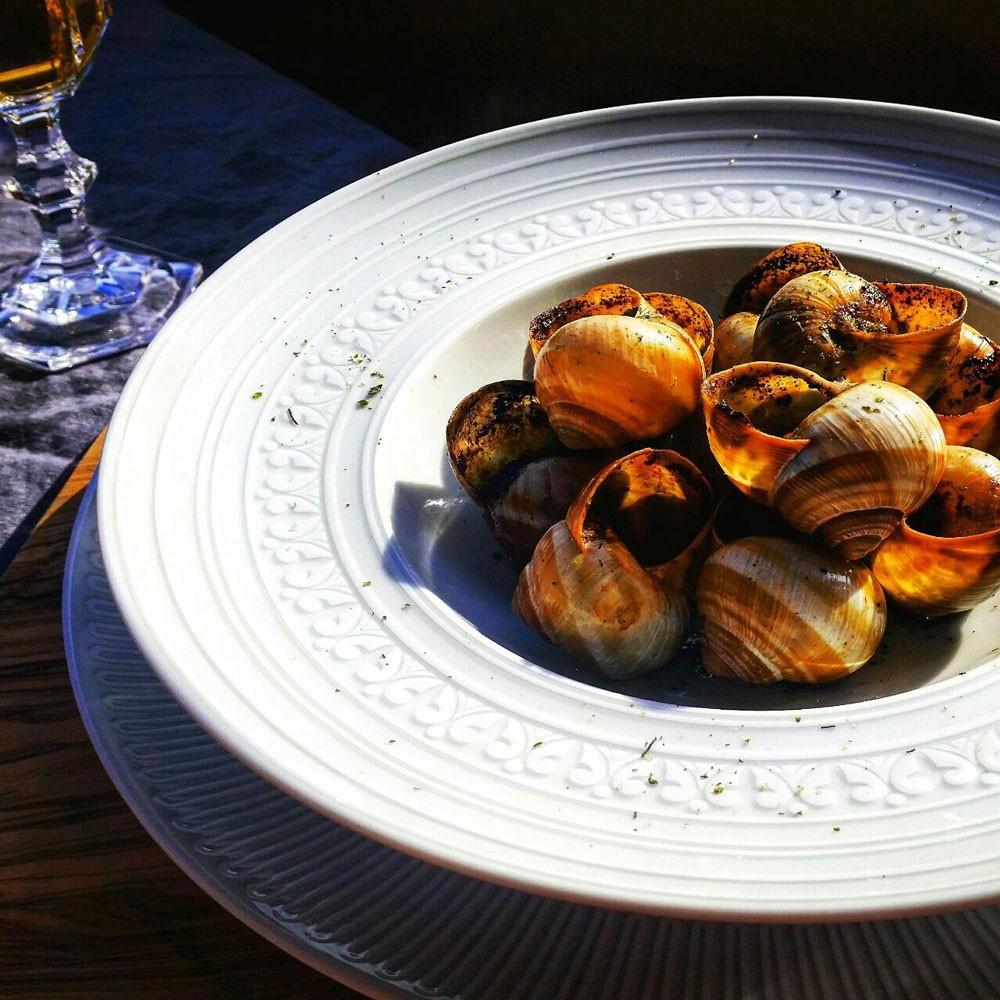 ヨーロッパを代表する食器メーカー、ポルトガルVISTA ALEGRE社。地中海を想わせる深いブルーが美しいシンプルでエレガントなテーブルウェア AZUREアジュール チャージャープレート