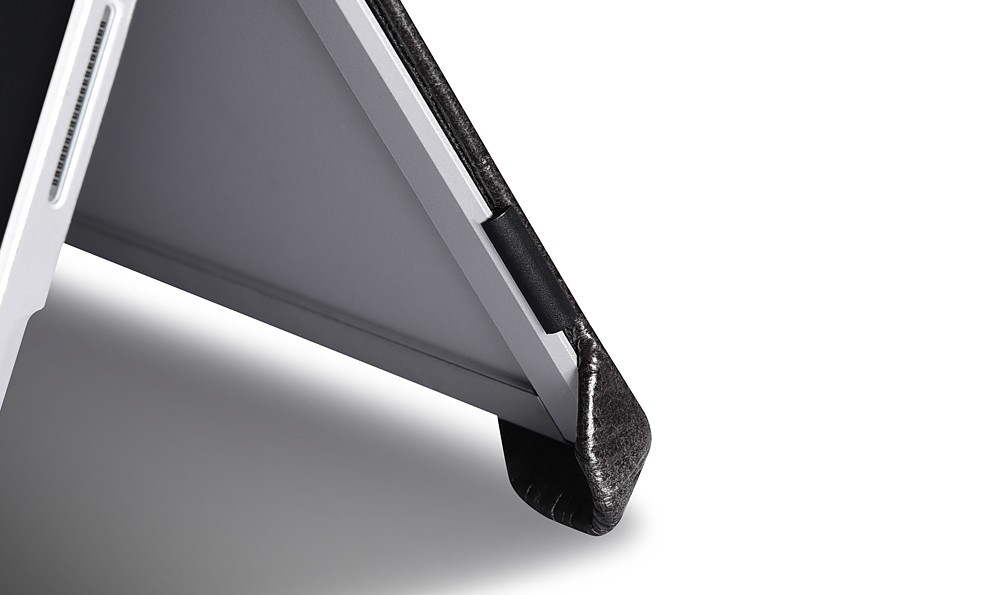Microsoft SurfacePro4用のクロコ柄レザーケースの角保護部分