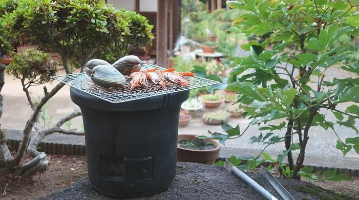 焼く、燻す、炊く…、火を使ったあらゆる調理ができる
