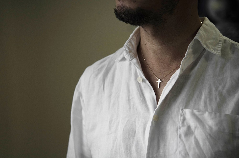 十字架 クロス k18 18金 ゴールド ネックレス メンズ 着用