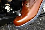 シフトペダルの操作によるブーツの擦り切れを保護するシフトペダル用カバー付きデザイン