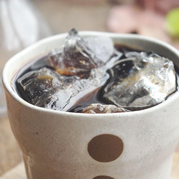 たっぷりの氷でほろにが冷たいうまみ炭火焙煎珈琲豆アイスコーヒーを和食器のロックカップで渋く使う