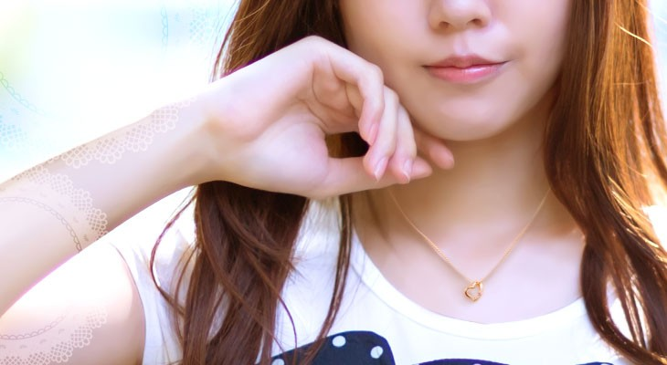 ハートネックレスをつけている女性の胸元