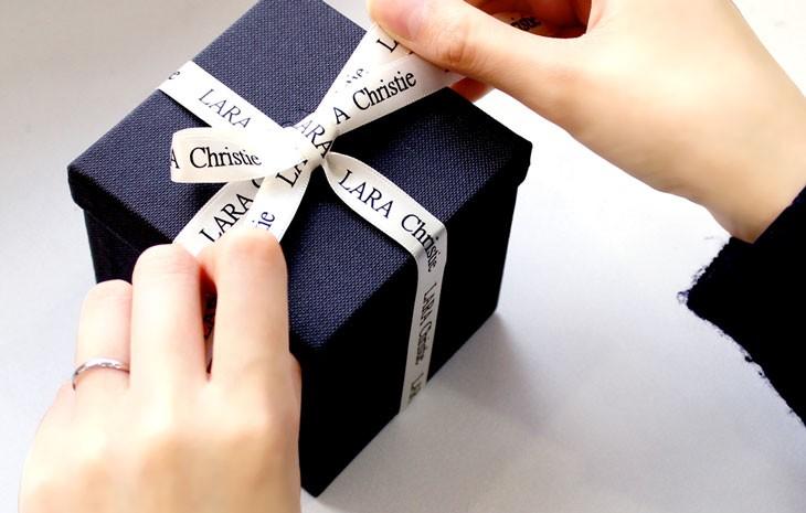 ララクリスティー専用ボックスに、プレゼントラッピングを施すイメージ