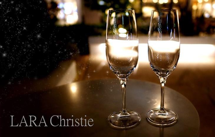 揺らめく光に浮かびあがるLARA Christie ララクリスティーのシャンパングラス