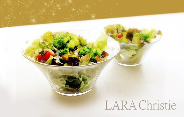 ブランド ララクリスティーのサラダボウルにサラダを盛りつけた画像